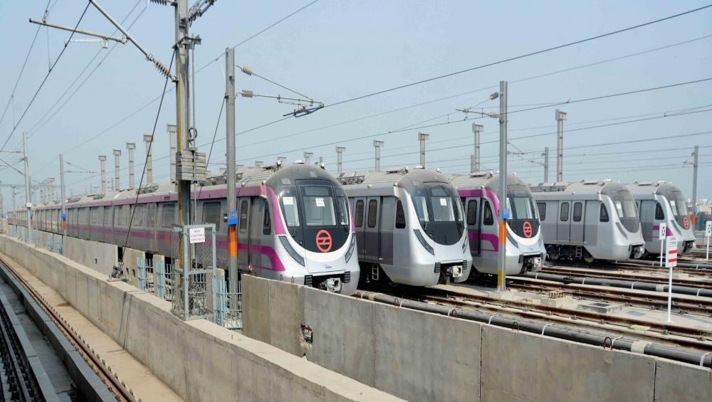 दिल्ली मेट्रो तकनीकी खराबी के कारण सेवा बाधित, 20 मिनट तक स्टेशनों पर फंसे रहे यात्री