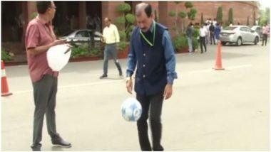 संसद भवन परिसर में फुटबॉल खेलने लगे TMC सांसद प्रसून बनर्जी, पीएम मोदी से की इस खेल को प्रमोट करने की अपील, देखें Video