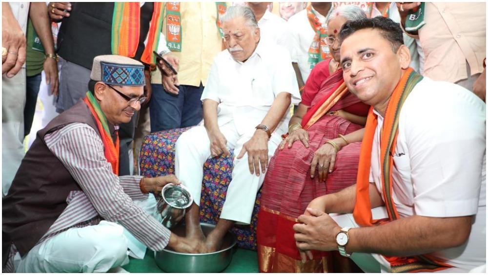 मध्यप्रदेश के पूर्व मुख्यमंत्री शिवराज सिंह चौहान ने जनसंघ के कार्यकर्ताओं के धोए पैर, देखें Video