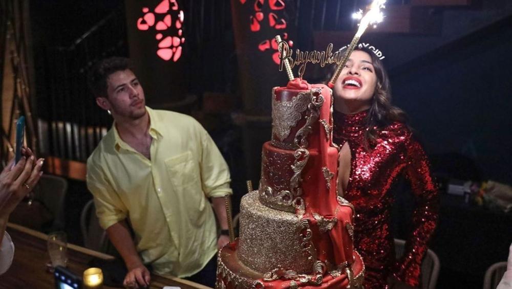 प्रियंका चोपड़ा ने अपने 37वें जन्मदिन पर काटा इतने लाख रुपए का केक, कीमत जानकार दंग रह जाएंगे आप