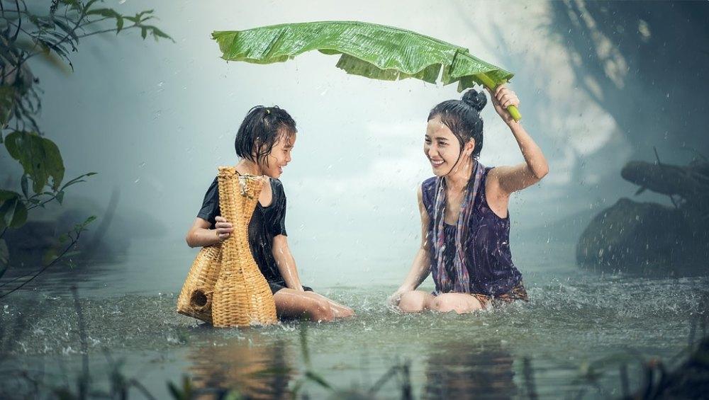 बारिश में भीगने का मौका अपने हाथ से न जाने दें, क्योंकि इससे होते हैं सेहत को ये कमाल के फायदे