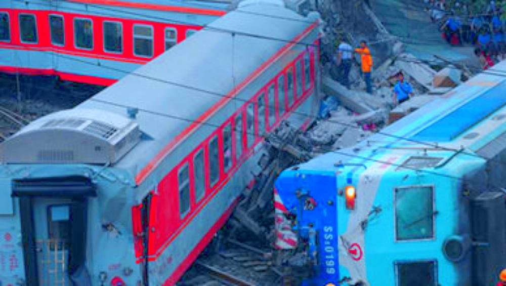 पाकिस्तान: सर्विस लाइन में घुसी पैसेंजर ट्रेन, मालगाड़ी से हुई टक्कर, हादसे में 10 की मौत 40 घायल