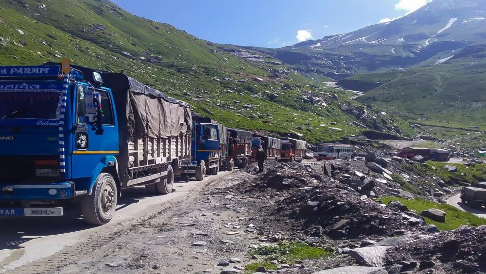 हिमाचल प्रदेश: भूस्खलन से चंडीगढ़-मनाली राजमार्ग यातायात बाधित, वैकल्पिक सड़कों के जरिए छोटे वाहनों को किया आंशिक रूप से बहाल