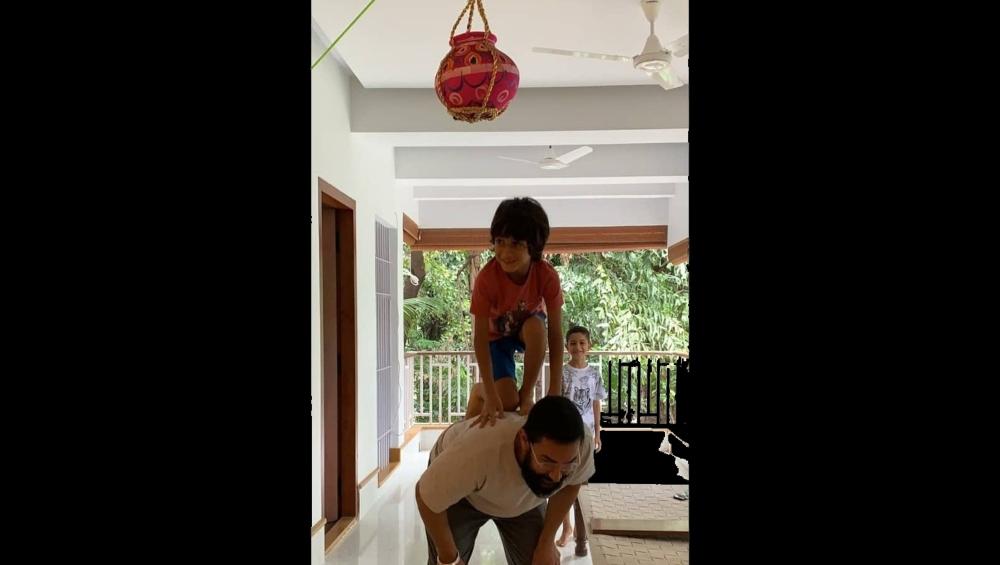 आमिर खान के बेटे आजाद ने 'चॉकलेट हांडी' फोड़कर मनाई जन्माष्टमी, एक्टर ने सोशल मीडिया पर शेयर किया वीडियो