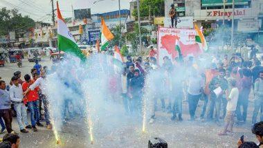धारा 370 निरस्त: जंतर मंतर में सरकार के फैसले के खिलाफ हुआ विरोध प्रदर्शन तो ABVP ने जश्न मनाकर बांटी मिठाइयां