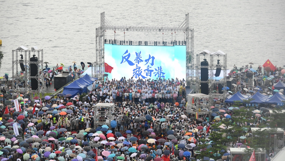 हांगकांग में लगातार 11वें सप्ताह हजारों लोगों ने सड़कों पर उतरकर किया विरोधी प्रदर्शन, पुलिस और प्रदर्शनकारियों में हुई हिंसक झड़प