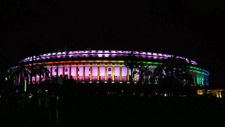 संसद भवन पर की गई स्पेशल रंगबिरंगी रौशनी, भव्य इमारत की खूबसूरती में लगे चार चांद, देखें Video