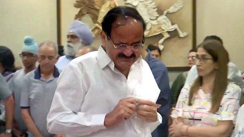 अरुण जेटली को श्रद्धांजलि देते वक्त उपराष्ट्रपति वैंकेया नायडू की आंखों से छलक पड़े आंसू, देखें तस्वीरें