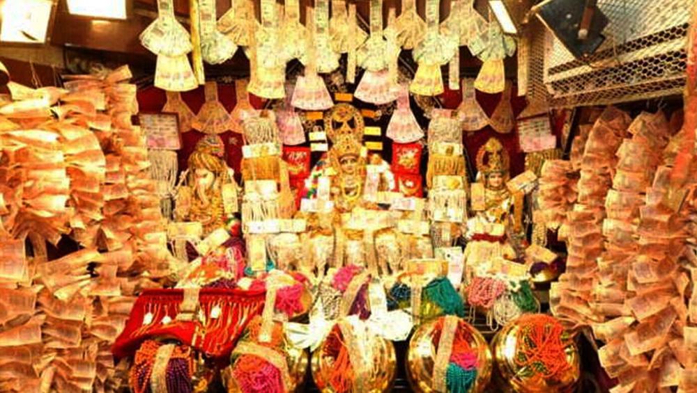 मध्यप्रदेश: रतलाम में है अनोखा मंदिर, यहां प्रसाद में मिलते हैं भक्तों को सोने-चांदी के सिक्के