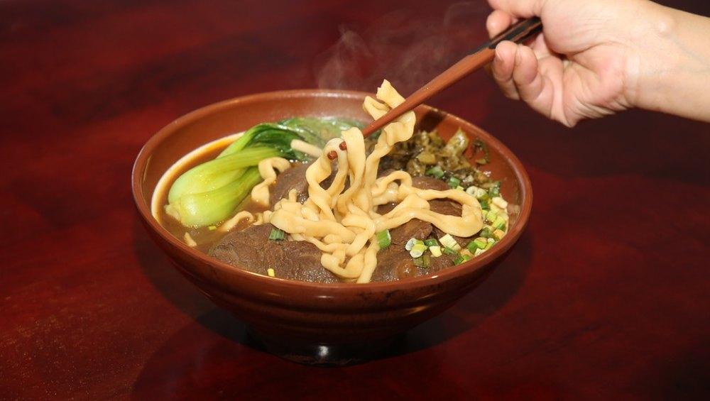 Shocking ! नूडल विक्रेता ने सूप में पेशाब करने का किया दावा, कहा- ऐसा करने से ग्राहकों की मांसपेशियों का दर्द हो जाता था गायब