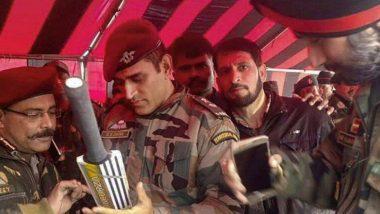 कश्मीर: ड्यूटी के दौरान बैट पर ऑटोग्राफ देते हुए धोनी की तस्वीर हुई वायरल
