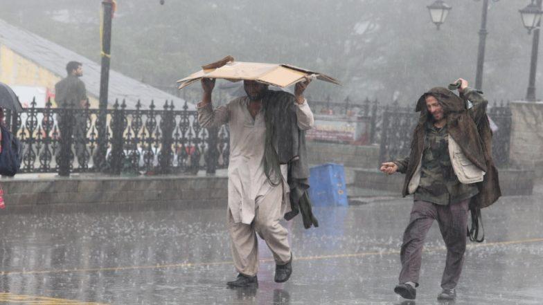 हिमाचल में भारी बारिश के बाद फंसे सैकड़ों लोग, भूस्खलन के कारण मंडी और कुल्लू शहरों के बीच यातायात बाधित
