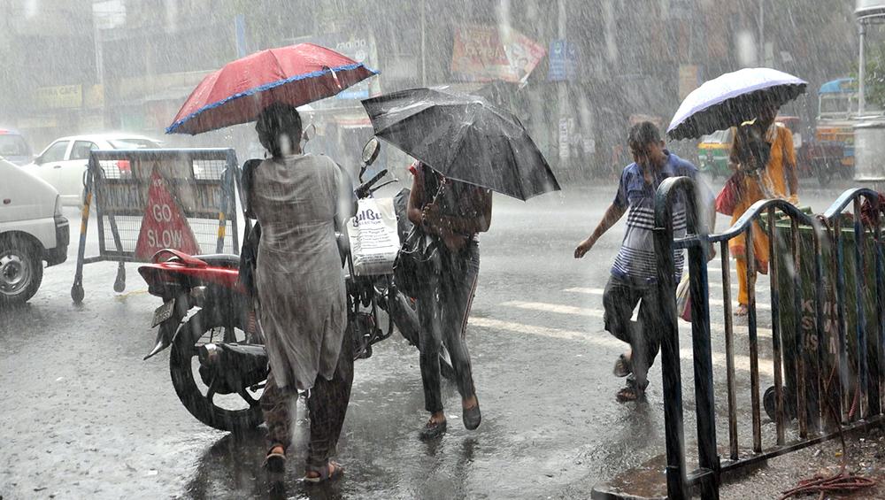 भारी बारिश को लेकर मुंबई पुलिस ने लोगों को किया अलर्ट, गणेश विसर्जन के दौरान बरते विशेष सावधानी