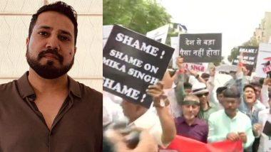 पाकिस्तान में परफॉर्म कर मुश्किल में फंसे सिंगर मीका सिंह के खिलाफ मुंबई में सिने वर्कर्स ने किया प्रदर्शन