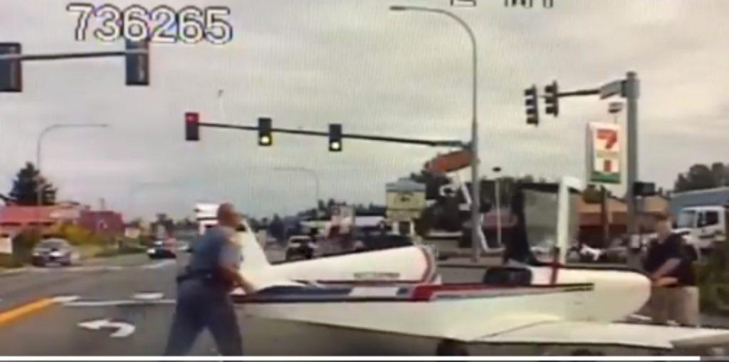 अमेरिका: गाड़ियों की भीड़भाड़ के बीच पायलट ने की सड़क पर प्लेन की इमरजेंसी लैंडिंग, लोग हुए हैरान, देखें वायरल वीडियो