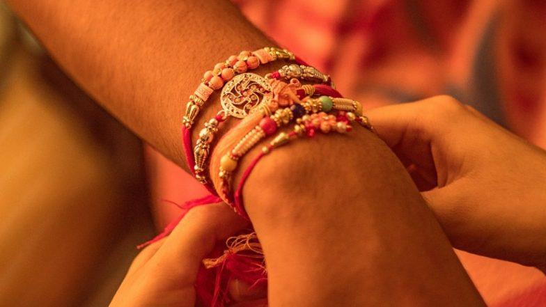 Raksha Bandhan Special 2019: आज है रक्षाबंधन का पावन पर्व! जानें बहन द्वारा भाई की कलाई पर राखी बांधने की पारंपरिक विधि और व्यवहार!