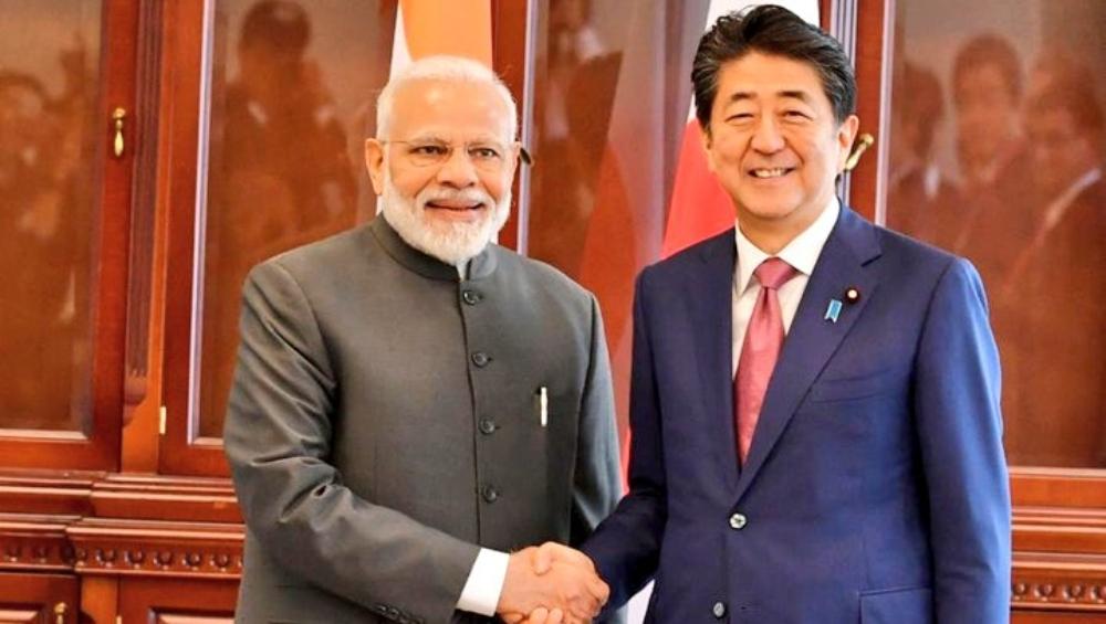 प्रधानमंत्री नरेंद्र मोदी ने रूस में जापान के प्रधानमंत्री शिंजो आबे से की मुलाकात
