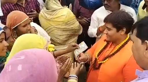 बीजेपी सांसद प्रज्ञा सिंह ठाकुर ने भिखारियों में बांटे 500-500 रुपये के नोट, वायरल हुआ वीडियो