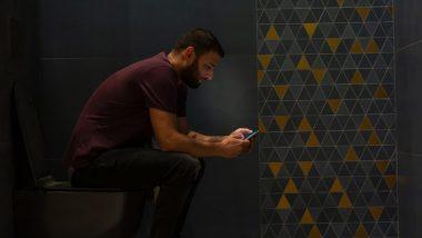 सावधान! टॉयलेट में  मोबाइल फोन का इस्तेमाल है सेहत के लिए घातक, हो सकती है पाइल्स की समस्या