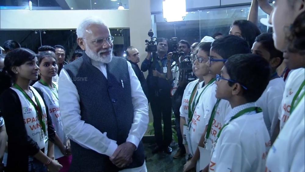 चंद्रयान -2 मिशन असफल होने के बीच प्रधानमंत्री नरेंद्र मोदी ने छात्रों को किया प्रोत्साहित, कहा- एक-दूसरे से बहुत कुछ सीखें