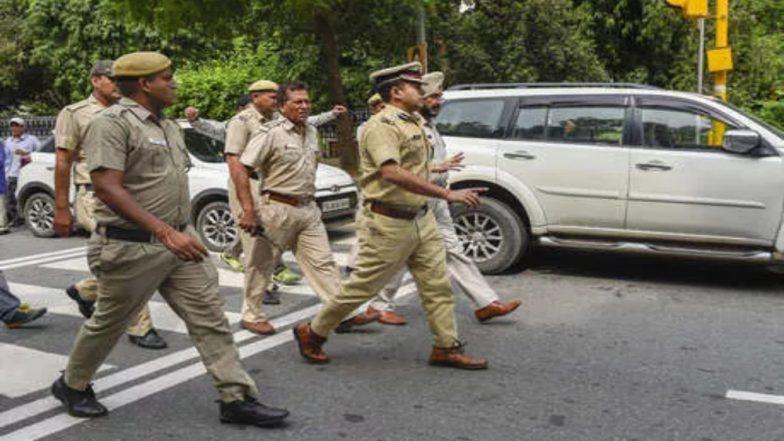 बिना बीमा और प्रदूषण संबंधी प्रमाणपत्र के कार चलाने पर दिल्ली पुलिस के एक कांस्टेबल का काटा चलाना