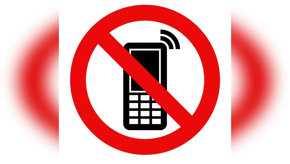बांग्लादेश ने रोहिंग्या शिविरों में सुरक्षा को लेकर और फोन के गैरकानूनी इस्तेमाल का हवाला देते हुए मोबाइल सेवाएं बंद