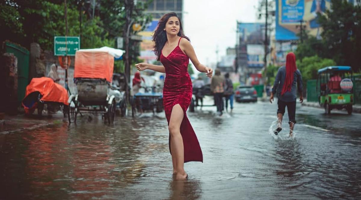 पटना: बाढ़ से परेशान है जनता, ये मोहतरमा पानी में खड़े होकर करवा रही हैं फोटोशूट, देखें वायरल वीडियो