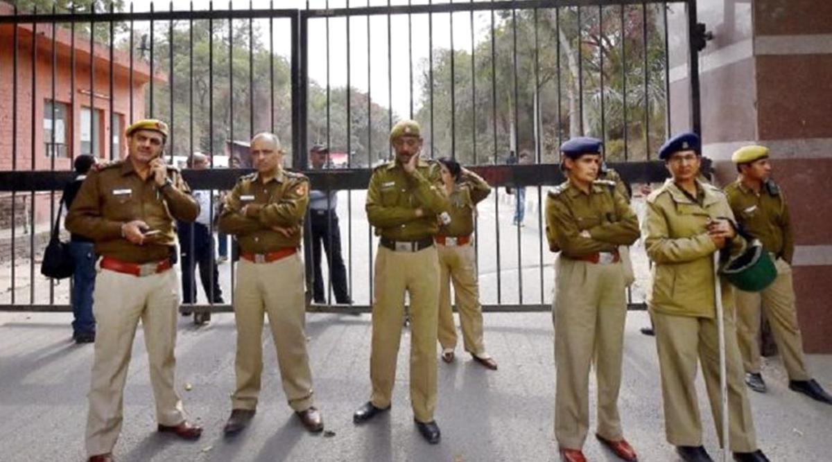 दिल्ली में आतंकी हमले का खतरा, खुफिया एजेंसियों ने जारी किया अलर्ट, पुलिस ने कई जगहों पर की छापेमारी