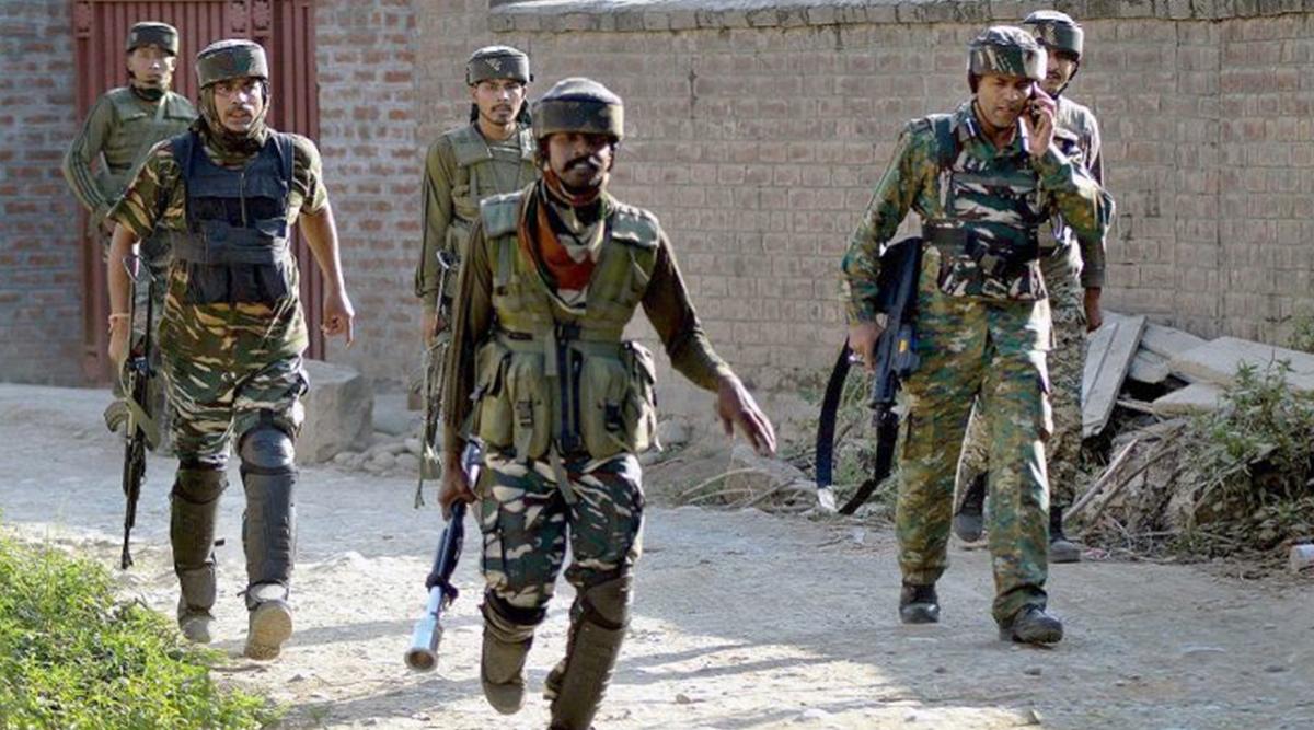 जम्मू-कश्मीर: पुलवामा में परीक्षा केंद्र पर तैनात CRPF जवानों पर आतंकियों ने की फायरिंग, सर्च ऑपरेशन जारी