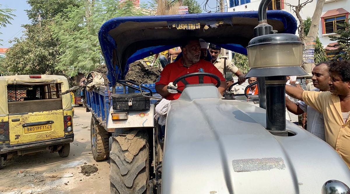 पटना: बिना लाइसेंस कूड़े से भरे ट्रैक्टर चला रहे पप्पू यादव पर जुर्माना