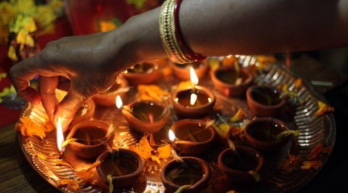 Diwali 2019 Narak Chaturdashi: श्रीकृष्ण की 14 हजार पटरानियों का राज! क्यों करती हैं इस दिन स्त्रियां सोलह श्रृंगार!