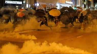 हांगकांग में प्रदर्शनकारियों का मार्च अब भी जारी, तेज बारिश के बीच नारेबाजी करते जताया आक्रोश