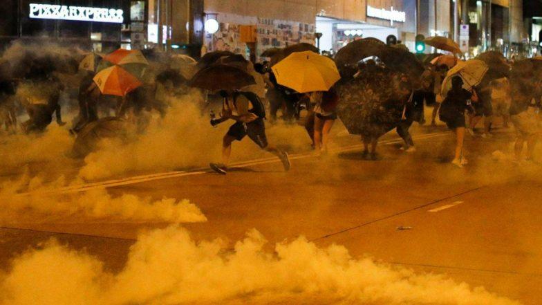 हांगकांग में नकाब पहनने पर प्रतिबंध के खिलाफ हिंसक प्रदर्शन, रेल सेवाएं निलंबित