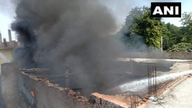 दिल्ली के शास्त्री पार्क में एक केमिकल गोदाम में लगी भीषण आग, कोई हताहत नहीं