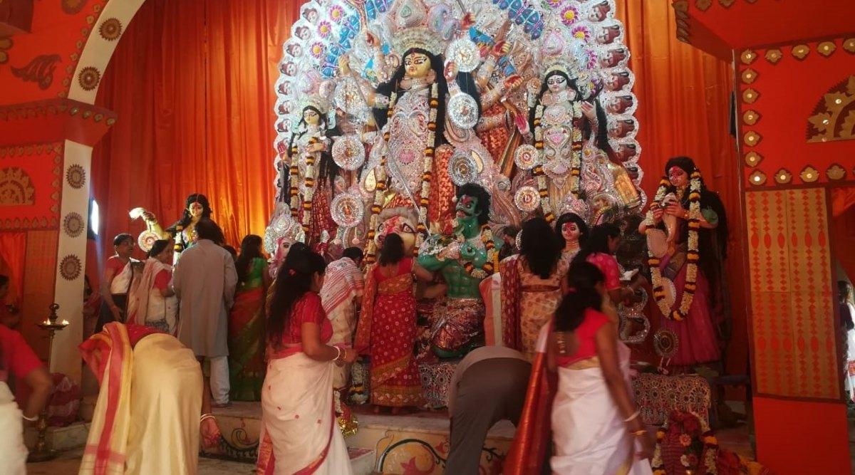 Bijoya Dashami 2019: नवरात्रि के दसवें दिन अपने मायके से ससुराल जाती हैं मां दुर्गा, जानिए बंगाली समुदाय के लोग कैसे मनाते हैं बिजोया दशमी का पर्व