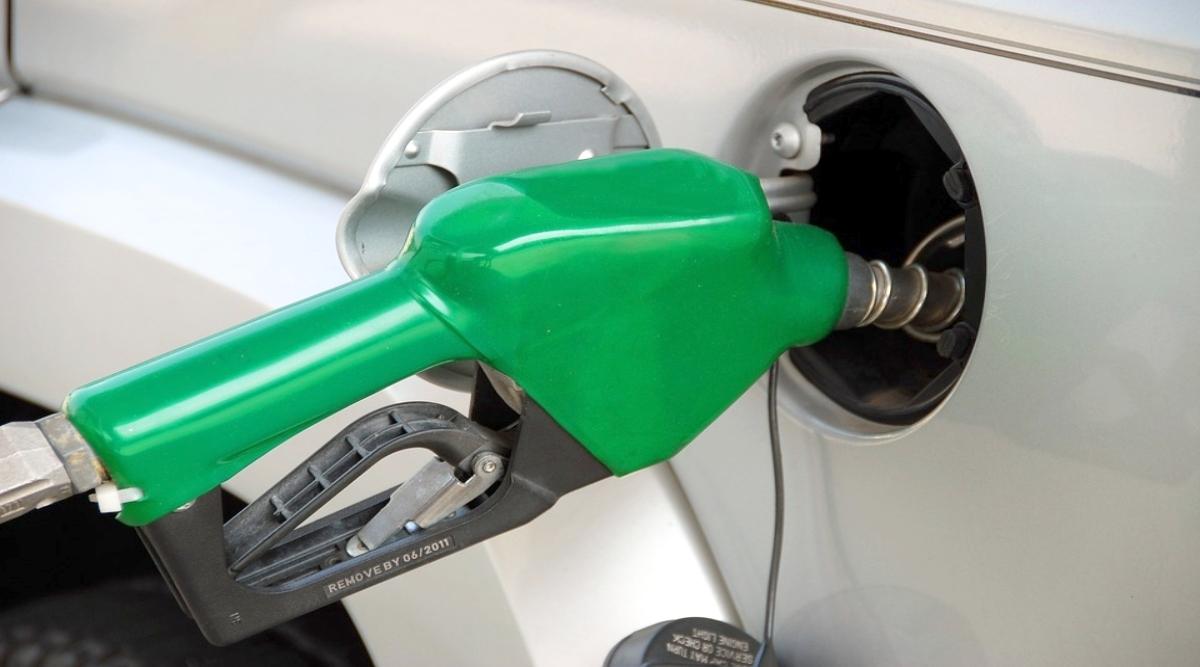 पेट्रोल के दाम में 5वें दिन गिरावट जारी, डीजल का भाव स्थिर