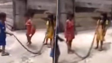 सांप से ये बच्चे खेल रहे हैं रस्सी कूद, देखें हैरान कर देने वाला वायरल वीडियो