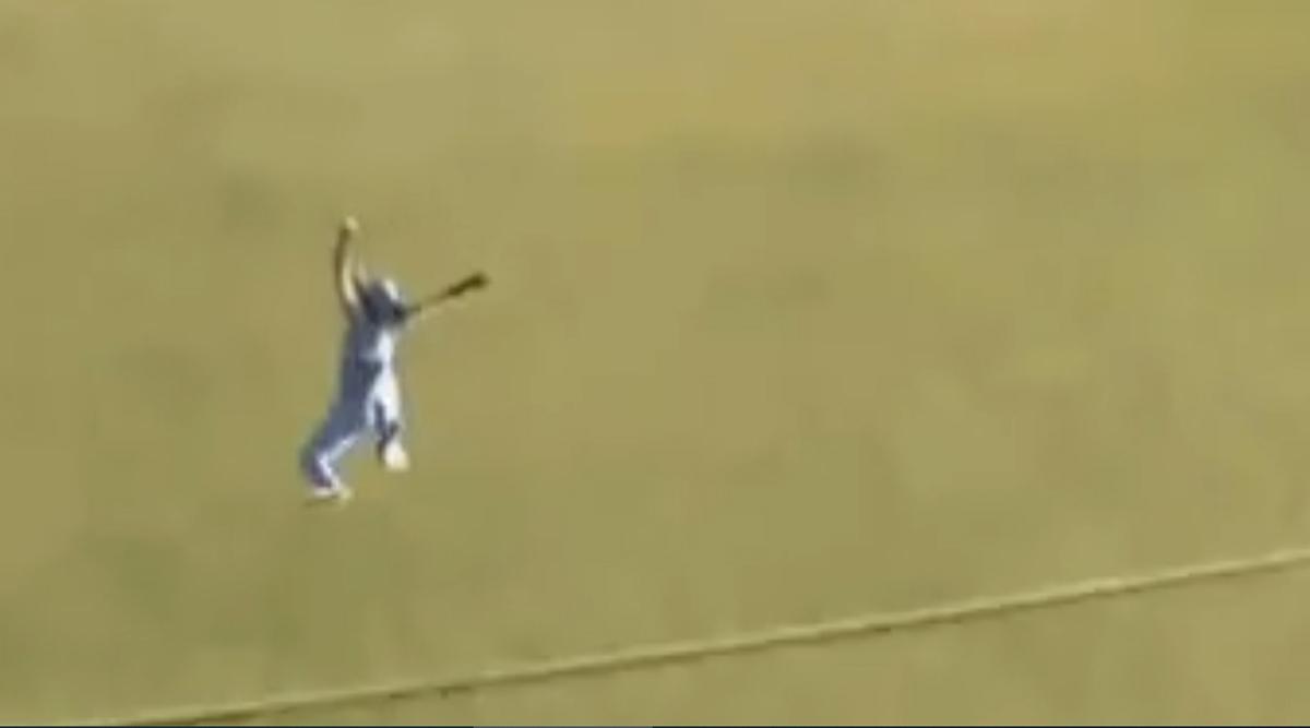 हरमनप्रीत कौर ने हवा में छलांग लगाते हुए पकड़ा एक हाथ से शानदार कैच, देखें वीडियो