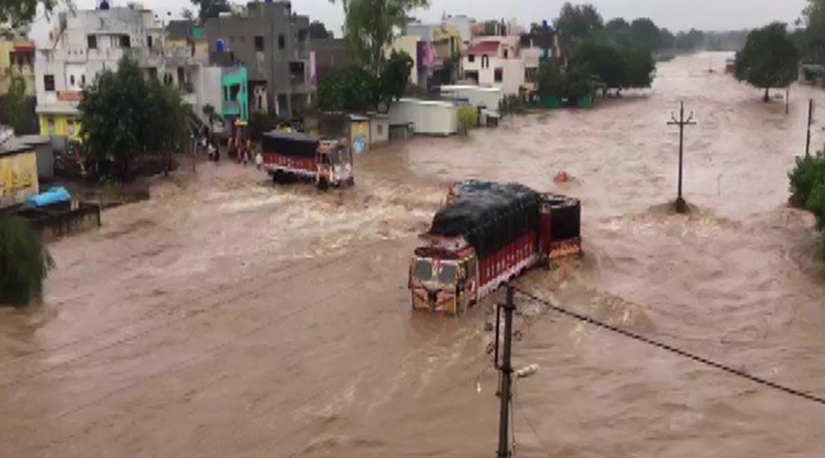 महाराष्ट्र: नासिक में भारी बारिश से बनें बाढ़ के हालात, देखें तस्वीर