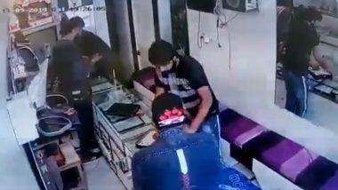 दिल्ली में अपराधियों के हौसले बुलंद, हाई अलर्ट के बीच दिनदहाड़े डकैती कर लाखों की ज्वेलरी लेकर भागे: देखें VIDEO
