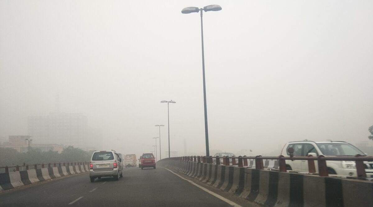 Delhi Air Pollution: दिल्ली में प्रदूषण हुआ कम मगर टला नहीं खतरा, जानिए आज का AQI