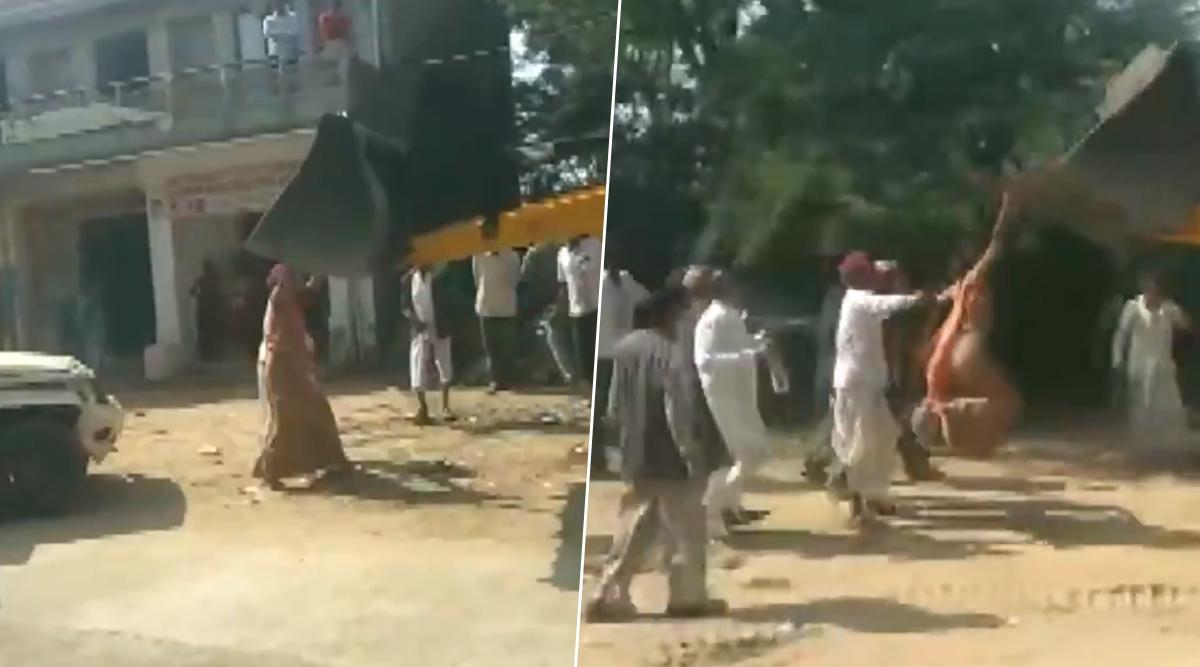 राजस्थान: जालोर के एक गांव की सरपंच रेखा देवी चढ़ीं जेसीबी मशीन पर, देखें वायरल वीडियो