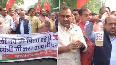 दिल्ली: दूषित पानी के सैंपल लेकर सीएम अरविंद केजरीवाल के घर पहुंचे बीजेपी नेता