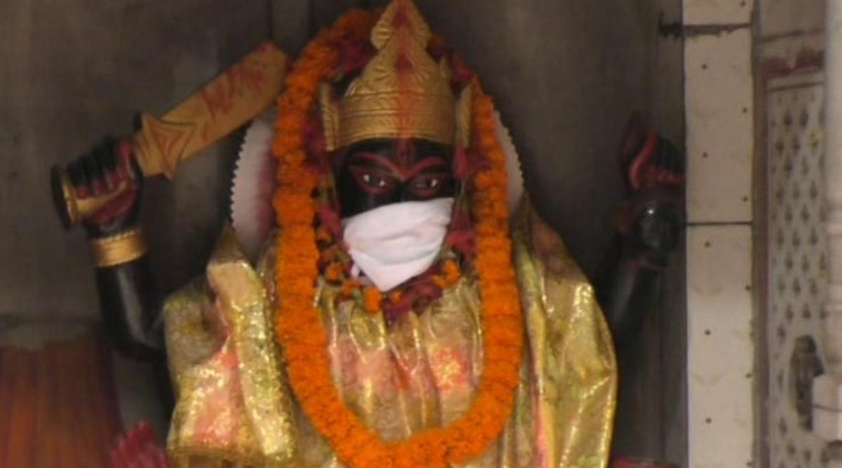 प्रधानमंत्री नरेंद्र मोदी के संसदीय क्षेत्र वाराणसी में भगवानों को प्रदूषण से बचाने के लिए पहनाए गए मास्क, देखें तस्वीर