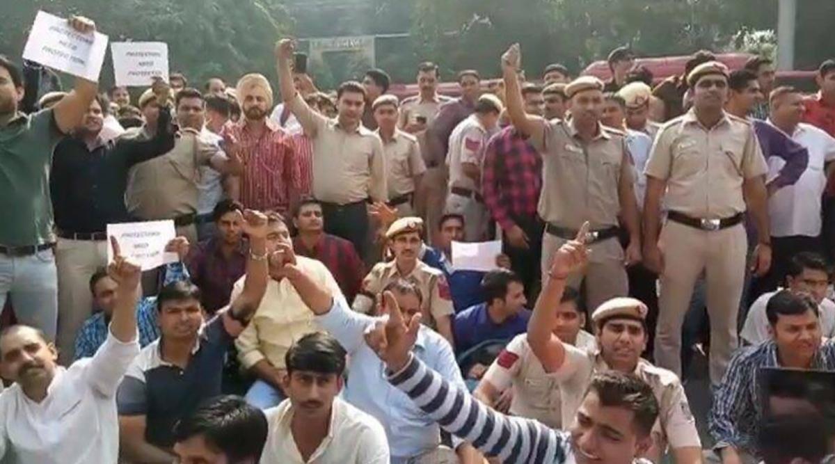 तीस हजारी कोर्ट हिंसा: 11 घंटे बाद दिल्ली के आंदोलनकारी पुलिसकर्मियों का धरना समाप्त, उपराज्यपाल अनिल बैजल ने किया न्याय का वादा