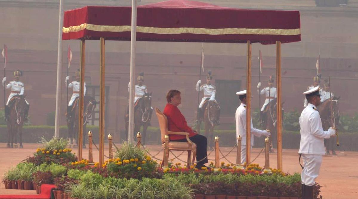 जर्मन चांसलर एंजेला मर्केल राष्ट्रपति भवन में राष्ट्रगान के दौरान कुर्सी पर बैठी रहीं, ये था कारण