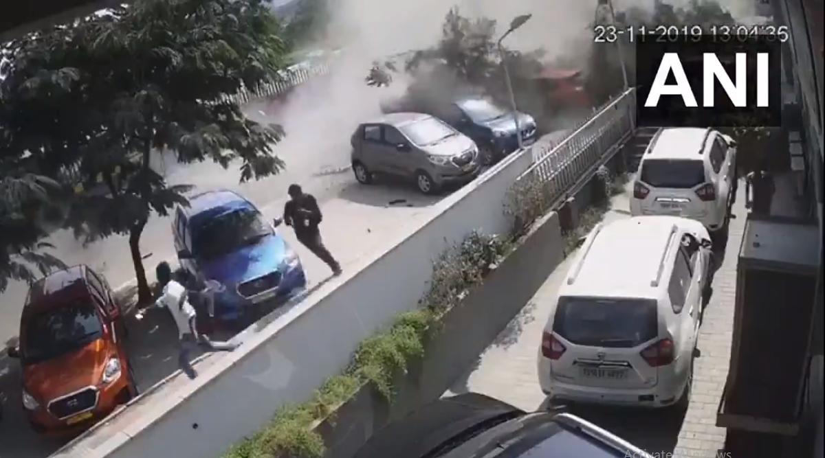 हैदराबाद: फ्लाईओवर से नीचे गिरी कार, हादसे में एक की मौत, 3 घायल, देखें हादसे का दिल दहला देने वाला वीडियो
