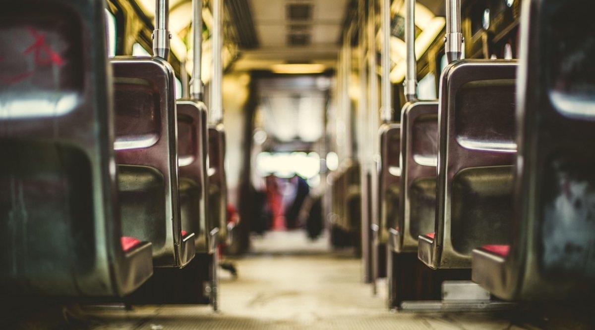 यात्रियों से भरी बस की पिछली सीट पर बॉयफ्रेंड के साथ सेक्स करना पड़ा महंगा, महिला के खिलाफ निकला अरेस्ट वॉरंट