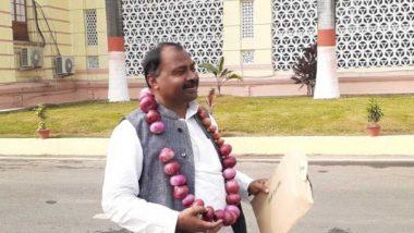 पटना: प्याज की माला पहनकर बिहार विधानसभा पहुंचे RJD विधायक शिवचंद्र राम