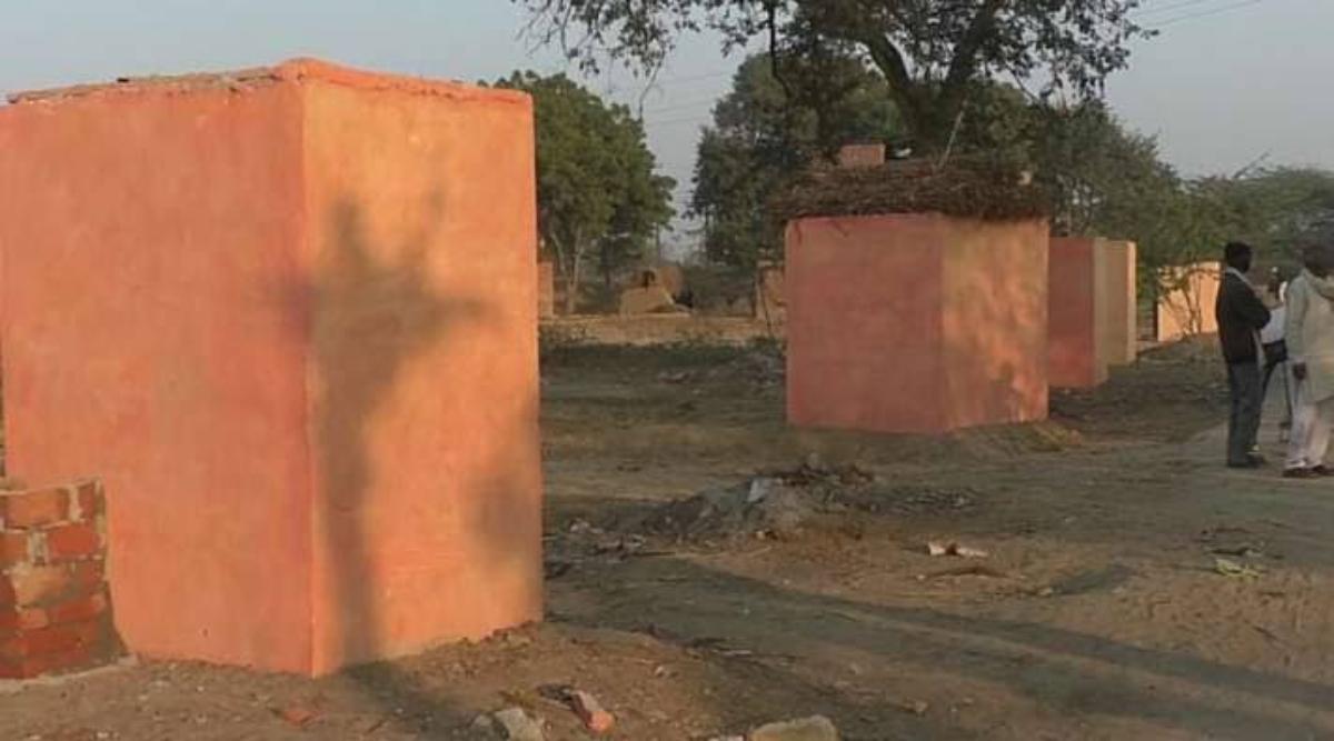 उत्तर प्रदेश: हमीरपुर जिले में केसरिया कलर में रंगा शौचालय तो लोग समझ बैठे मंदिर, बंद दरवाजे के बाहर करने लगे पूजा